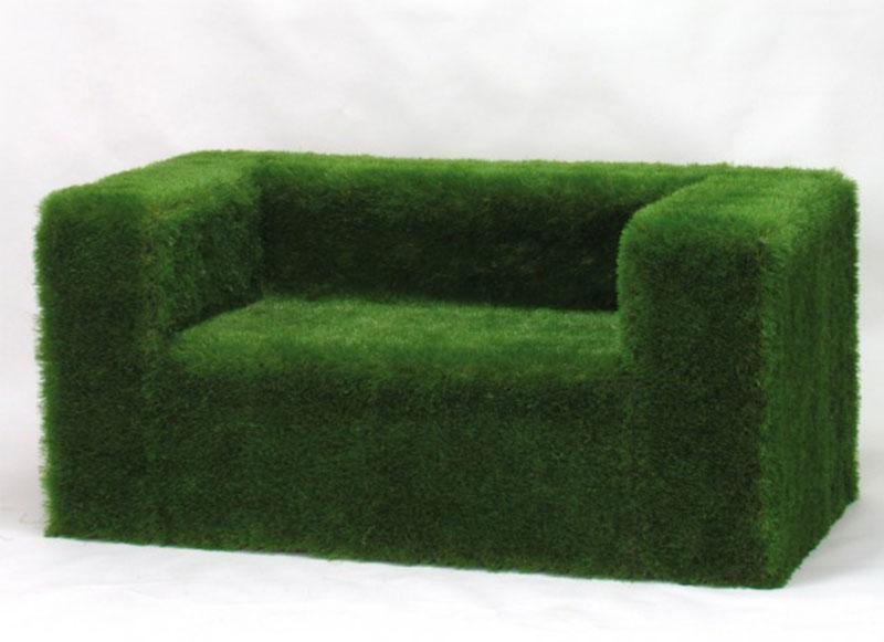 divano green rivestito in erba sintetica