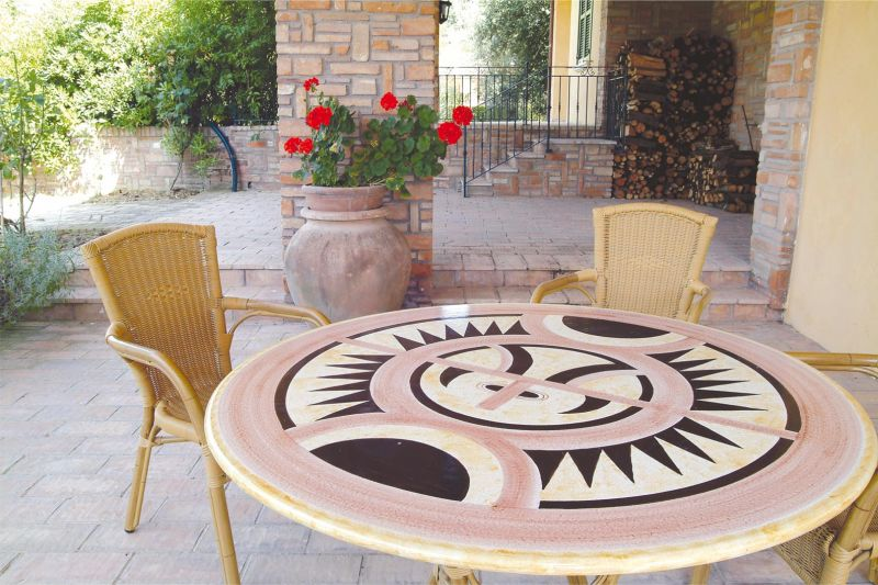 Tavoli Da Giardino Decorati.Tavolo Rotondo In Pietra Lavica Etnico Decorato A Mano Arredo
