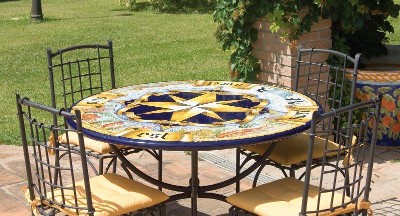 Tavolo rotondo in pietra lavica rosa dei venti antica for Arredo giardino in pietra