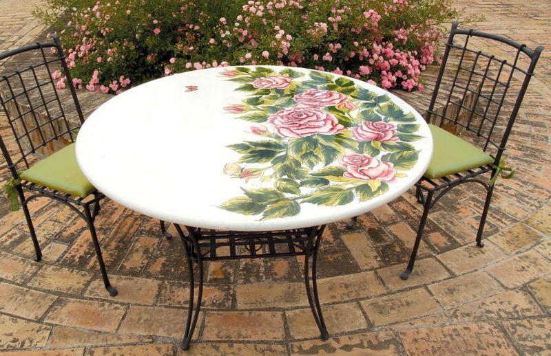 Tavolo rotondo in pietra lavica rose decorato a mano for Tavolo rotondo mosaico